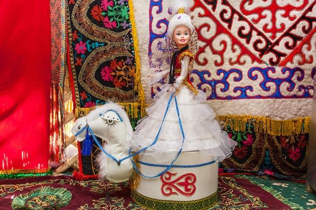 중앙아시아의 전형적인 유르트 유목민 이동 주택의 내부