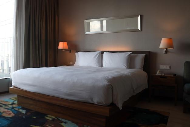 킹 사이즈 침대가 있는 깔끔한 침실 인테리어
