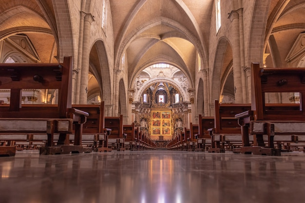 バレンシアのゴシック様式の大聖堂の内部