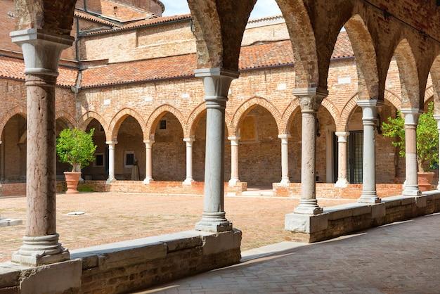 イタリア、ベニスの柱のある古いれんが造りの家のインテリア