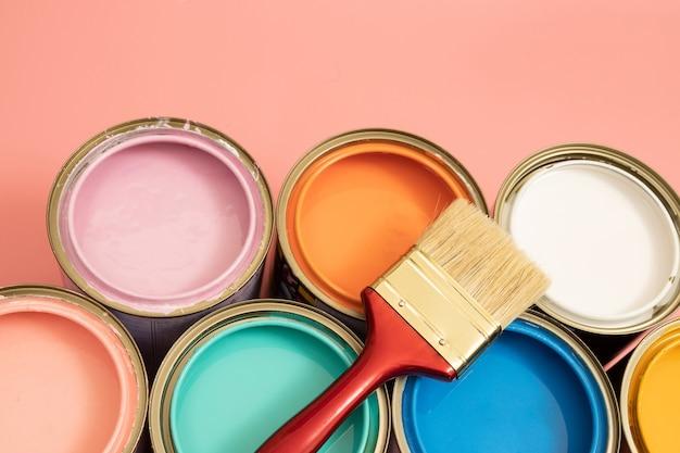 インテリアペイントの色ペイントは、家の欠陥を隠すのに役立ちます。