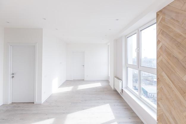 인테리어 사진, 로프트 스타일의 가구가없는 새 리노베이션 후 아파트