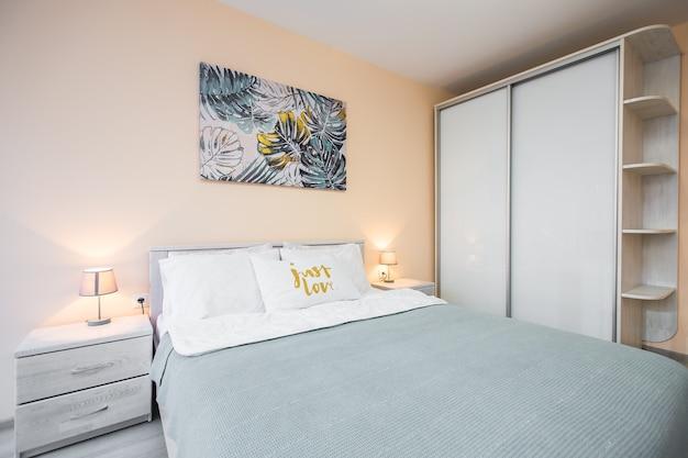 현대적인 스타일의 큰 아름다운 소파가있는 인테리어 사진 침실 프리미엄 사진
