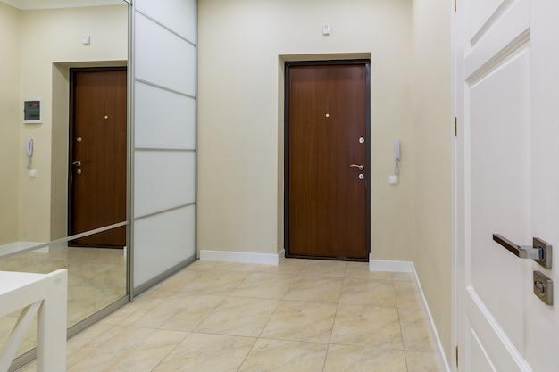 Интерьер фото коридора прихожей в квартиру с большим белым шкафом