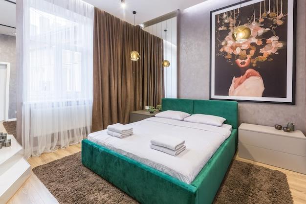Фото интерьера большой спальни, выполненной в современном стиле, в которой находится ванная и зеркала. очень красивый современный дизайн