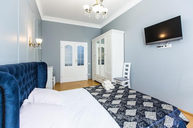 현대적인 스타일의 대형 침대가있는 침실 객실의 인테리어 사진
