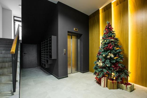 아파트 건물 복도의 내부 사진