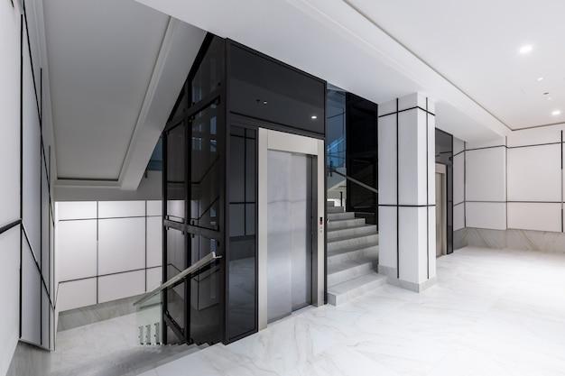 대리석이 있는 흰색 타일의 인테리어 사진 현대 복도 홀 비즈니스 센터