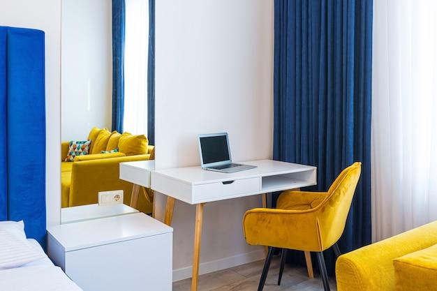 인테리어 사진, 현대적인 로프트 스타일의 대형 침실, 더블 침대와 노란색 소파