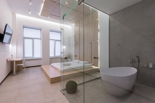 Интерьерная фотосъемка, современная спальня, совмещенная с ванной, в белом цвете