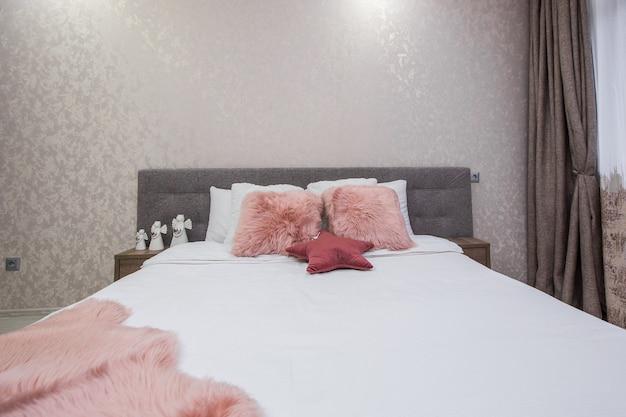 큰 침대와 현대적인 흰색 스타일의 인테리어 사진 현대 침실