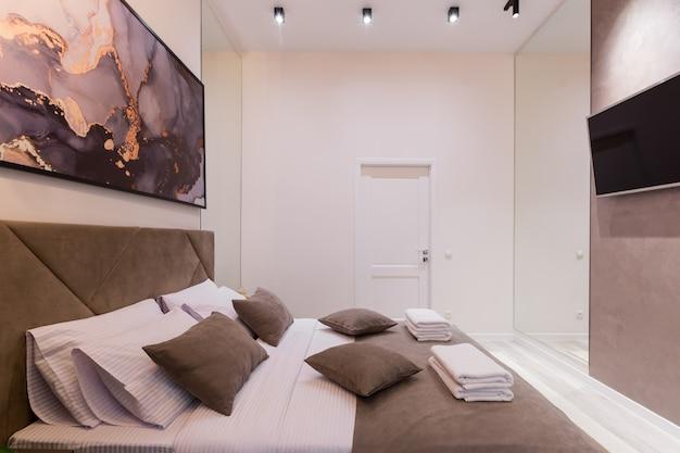 インテリア写真、モダンなベッドルーム、大きなスタイリッシュなベッド、モダンなデザイン、ベージュ