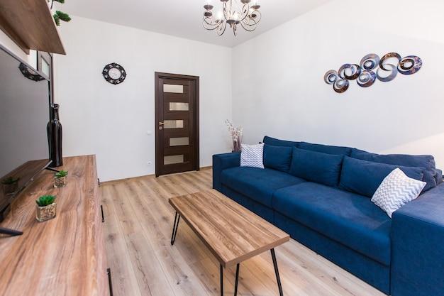인테리어 사진 소파와 대형 tv가있는 현대적인 스타일의 거실