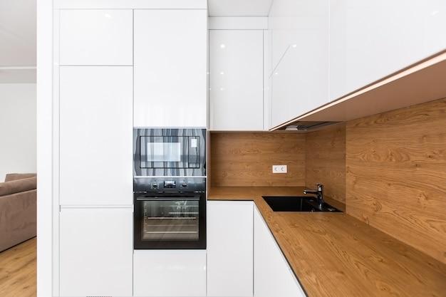 Фото интерьера современной стильной кухни в белом цвете