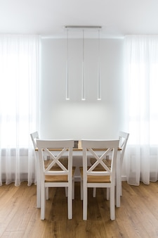 Интерьерная фотосъемка белой кухни и комнаты-студии в современном стиле.