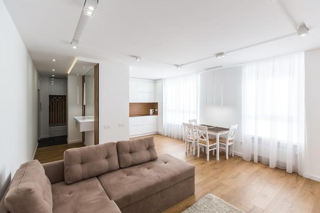 Фото интерьера спальни, большая кровать, в белом цвете