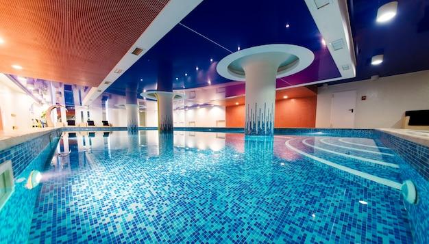 Внутренний бассейн с красивым освещением