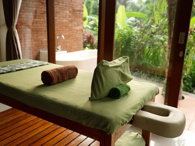 Интерьер комнаты с дизайном подушек кровати из дерева пейзаж природы