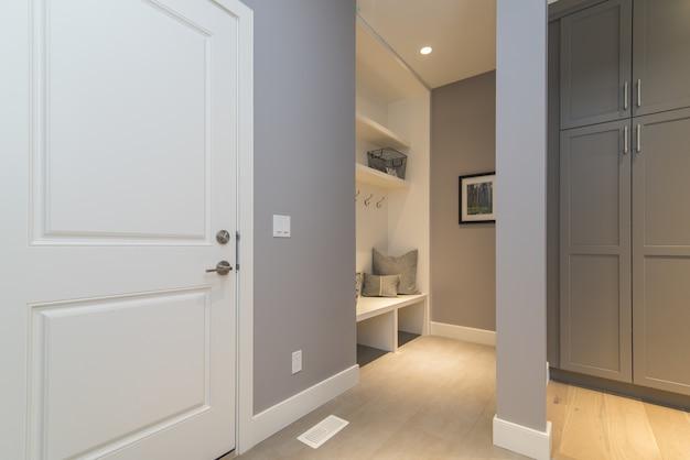 Внутренняя съемка современной домашней комнаты одежды