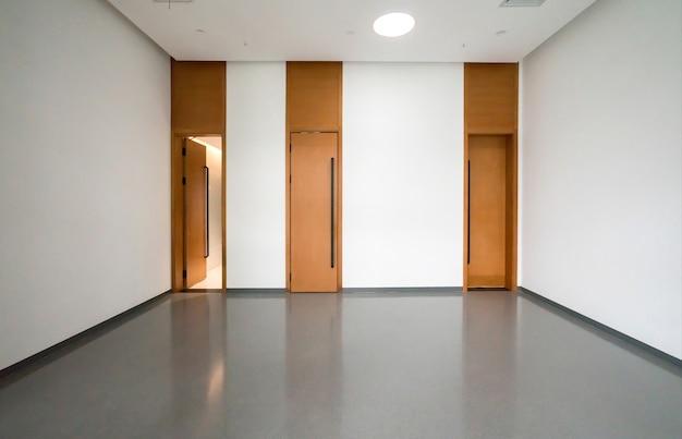 内部空間と空の床タイル