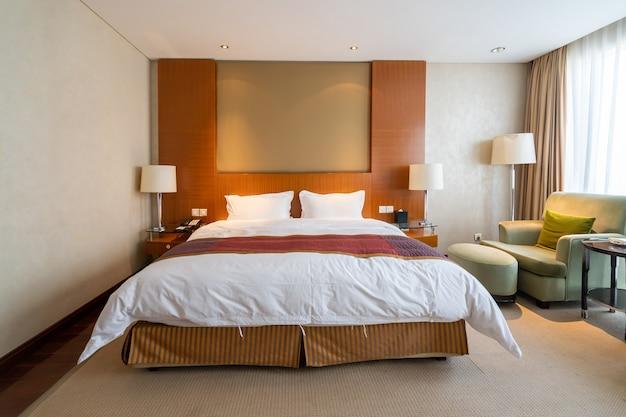 Внутреннее пространство большой спальни в роскошном отеле