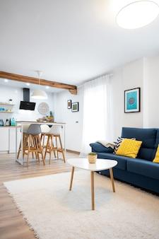 Интерьер просторной светлой столовой совмещен с кухней в современном стиле.