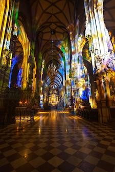 Interno della cattedrale di santo stefano. vienna