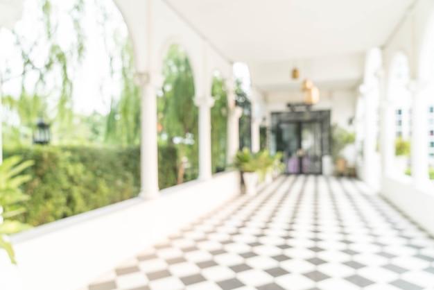 Внутренний вид, глядя на пустой офисный вестибюль и входную дверь