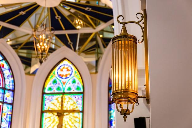 空のpewsと美しいカラフルな教会の内部ビュー