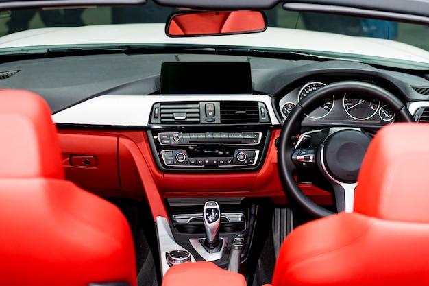 자동차의 인테리어보기입니다. 현대 기술 자동차 대시 보드, 라디오 및 에어컨 제어 버튼.