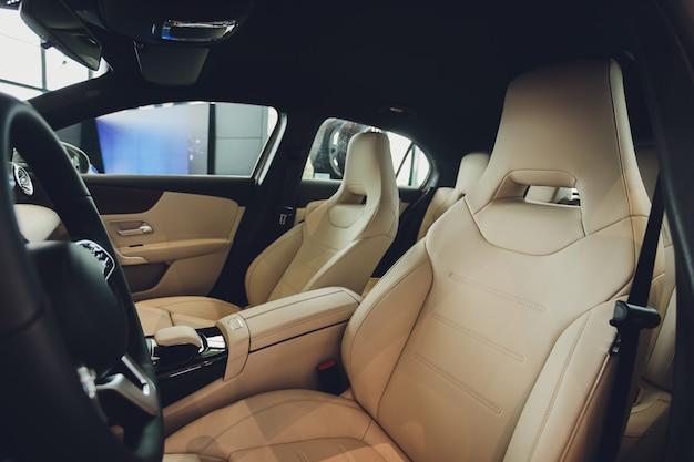 革の詳細と車の内部ビュー