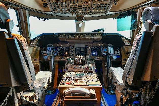 Внутренний вид современных инструментов в кабине самолета