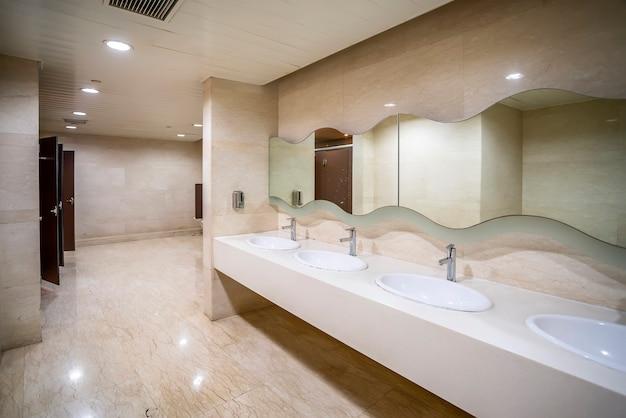 Внутренний вид туалета торгового центра