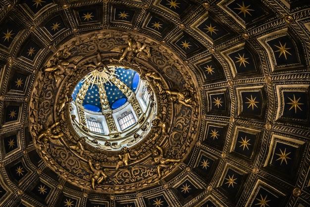 Внутренний вид сиенского собора