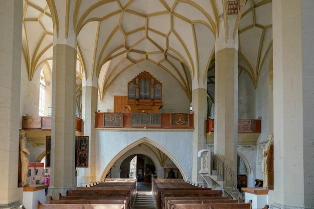 シギショアラトランシルバニアルーマニアの丘の上の教会の内部ビュー