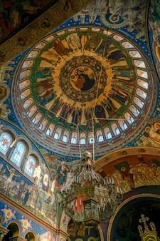 Внутренний вид собора святой троицы в сибиу, трансильвания, румыния