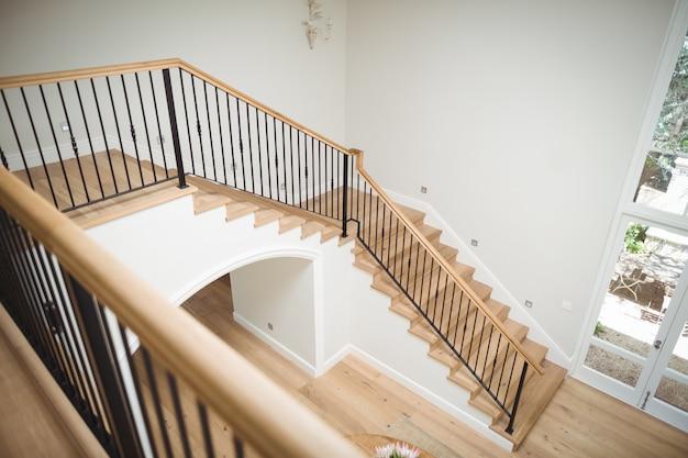 木製の床と階段の内部ビュー