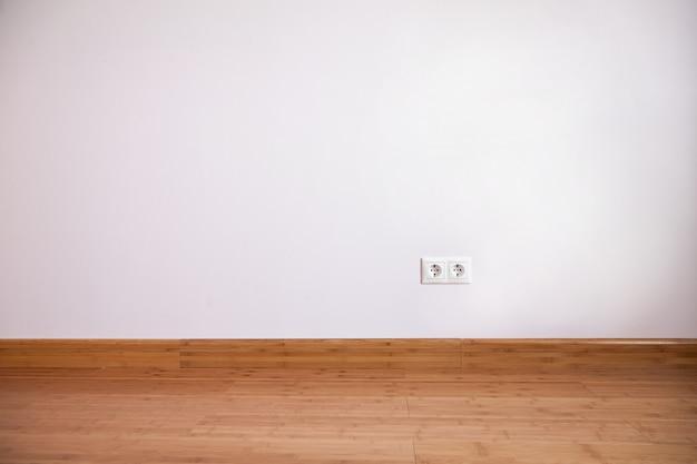 가정용 전원 콘센트가있는 내부 벽