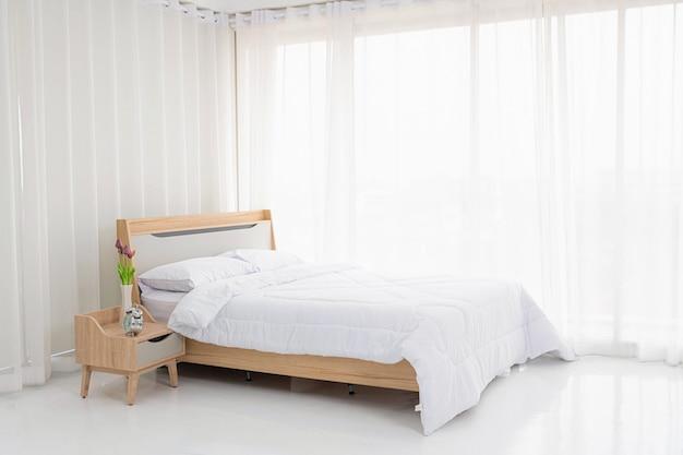 Интерьер белой спальни с белыми занавесками