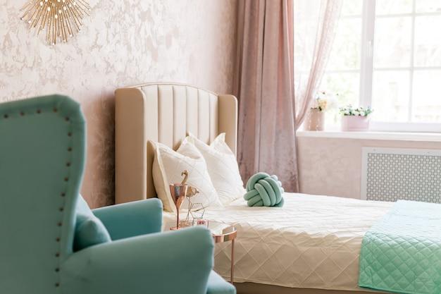 Интерьер с удобным креслом и кроватью