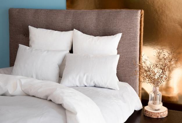 Интерьер с кроватью и цветными стенами