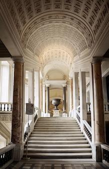 이탈리아 로마 바티칸 시국에 있는 바티칸 박물관의 계단이 있는 내부