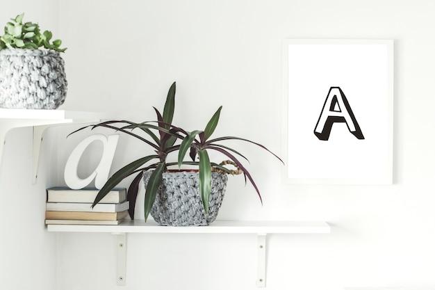白い棚のモックアップポスターフレーム植物サボテンと多肉植物の葉ヴィンテージラジオとインテリア