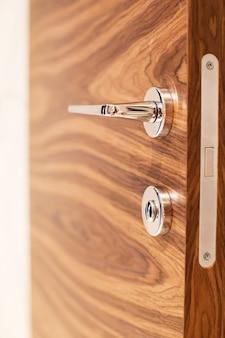 Межкомнатная деревянная дверь с ручкой закрыть