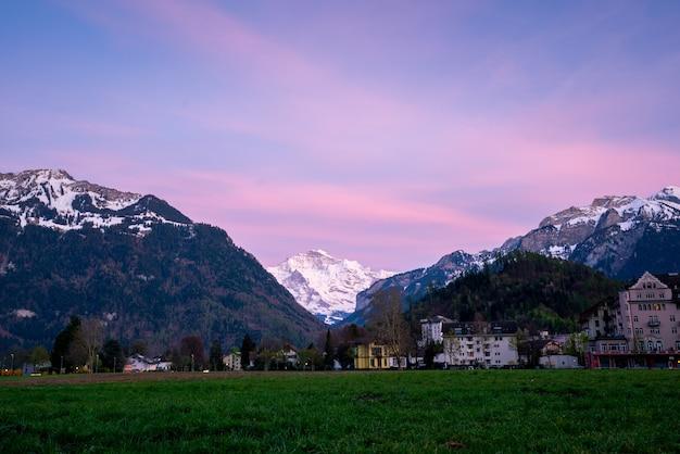 Город интерлакен и юнгфрау, швейцария
