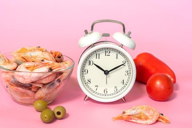 断続的断食の概念-エビと野菜を食べるためのカウントダウン