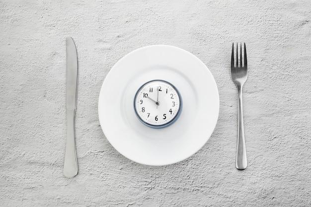 Прерывистый пост. минимальная концепция. концепция кетогенной диеты. быстрое время.