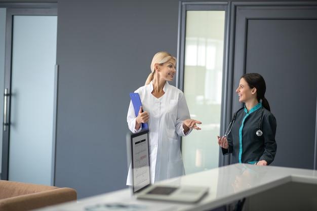 医院で話している間、関与しているように見えるインターンとシニアドクター