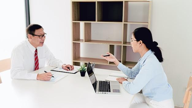 インターンは、仕事のコンセプトでフィードバックの成果を受け取ります。
