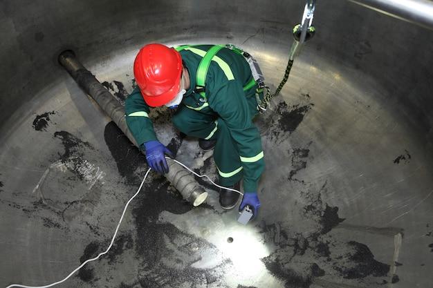 내부 산업용 보일러 검사, 작업자는 수리하는 동안 보일러 내부에 있습니다.